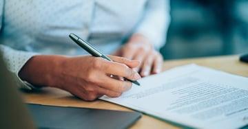 ¿Qué es un contrato de trabajo y cuáles elementos debe incluir?